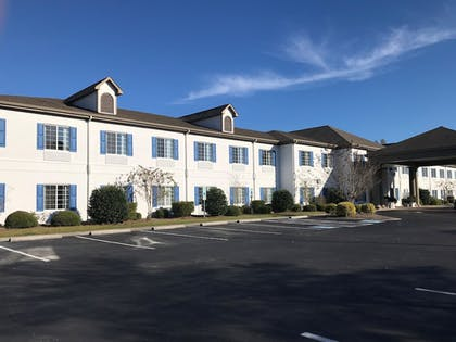 Parking   Quality Inn & Suites Sneads Ferry - North Topsail Beach