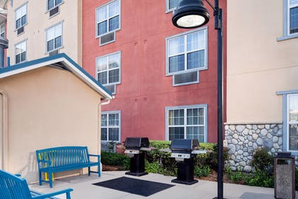 BBQ/Picnic Area | TownePlace Suites Los Angeles LAX/Manhattan Beach