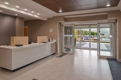 Lobby | Holiday Inn Express East Ridge