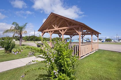BBQ/Picnic Area | Best Western Port Lavaca Inn