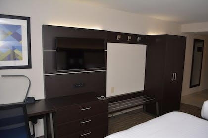 Guestroom | Holiday Inn Express & Suites Waterville - North