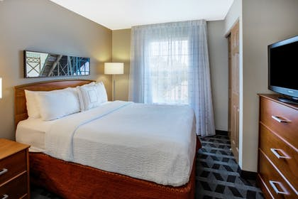 Guestroom | TownePlace Suites Detroit Sterling Heights