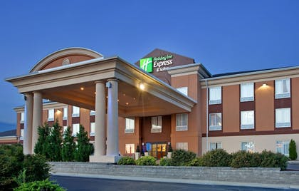 Hotel Front - Evening/Night | Holiday Inn Express & Suites Lawrence