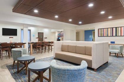 Lobby | Holiday Inn Express & Suites Columbus Airport East