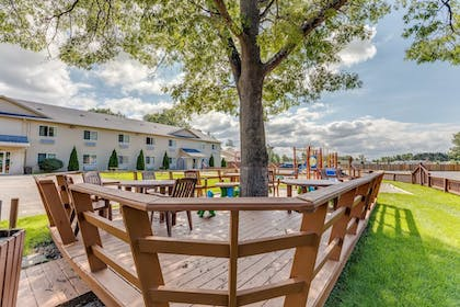 BBQ/Picnic Area | Best Western Lakewinds