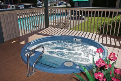 Outdoor Spa Tub | Poulsbo Inn & Suites