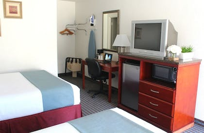 Guestroom   Pacific Inn and Suites