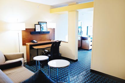 Living Room | Fairfield Inn and Suites by Marriott Des Moines Ankeny