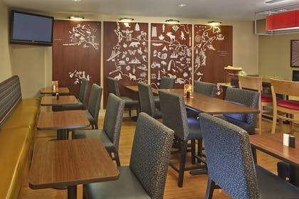 Breakfast Area | TownePlace Suites by Marriott Orlando East/UCF Area