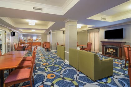 Restaurant | Holiday Inn Express Hotel & Suites Easton