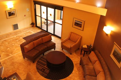 Lobby Sitting Area | Holiday Inn Express Lewisburg/New Columbia