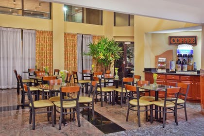 Restaurant | Holiday Inn Express Hotel & Suites
