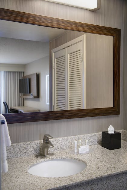 Guestroom | Courtyard by Marriott New Orleans Downtown/Convention Center