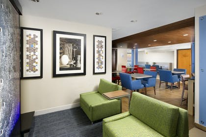 Lobby | Holiday Inn Express & Suites San Antonio-Dtwn Market Area