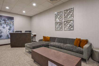 Lobby Sitting Area | Wingate by Wyndham Charlotte Airport I-85/I-485