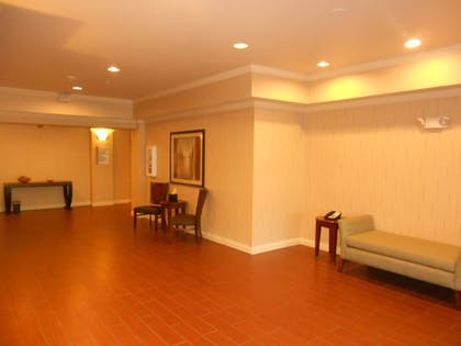 Lobby | Holiday Inn Express & Suites Lancaster