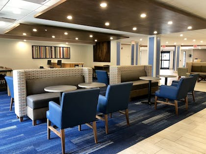 Lobby Lounge | Holiday Inn Express Hotel & Suites Great Barrington