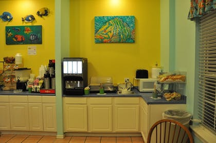 Breakfast Area | Plantation Suites & Conference Center