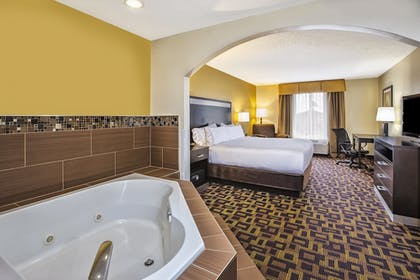Room | Holiday Inn Express Hotel and Suites Marysville