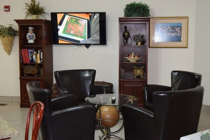 Lobby Sitting Area | GrandStay Residential Suites - Madison East