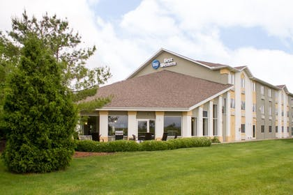 BBQ/Picnic Area | Best Western Toledo South Maumee