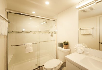 Bathroom | Skipjack Resort Suites & Marina