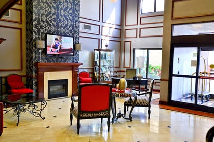 Lobby Sitting Area | Comfort Suites Southaven I-55