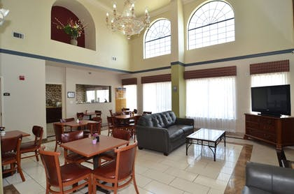 Lobby Sitting Area | Quality Inn near SeaWorld - Lackland