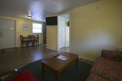 Living Area | Sun Deck Inn and Suites