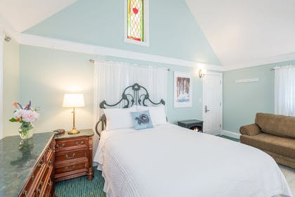 Guestroom | The Victorian Inn