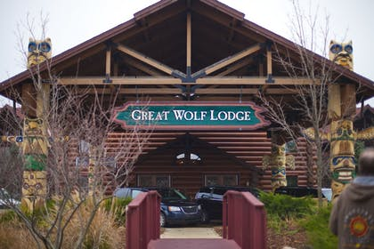 Hotel Entrance   Great Wolf Lodge Traverse City