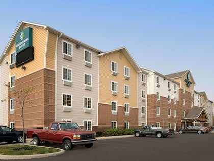 Hotel Front | WoodSpring Suites Cleveland Airport