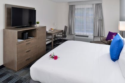 Guestroom | Holiday Inn Express & Suites San Diego - Mission Valley