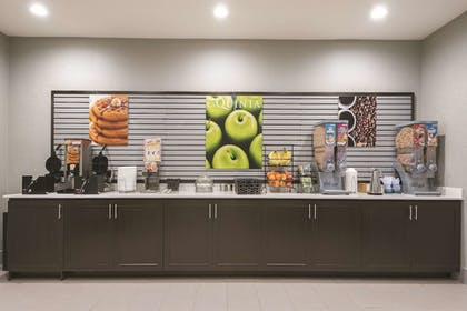 Breakfast Area | La Quinta Inn & Suites by Wyndham Fort Worth West - I-30