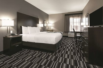 Guestroom | La Quinta Inn & Suites by Wyndham Fort Worth West - I-30