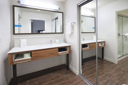 Bathroom | Hampton Inn & Suites Phoenix/Tempe