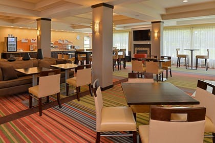 Restaurant | Holiday Inn Express & Suites New Martinsville