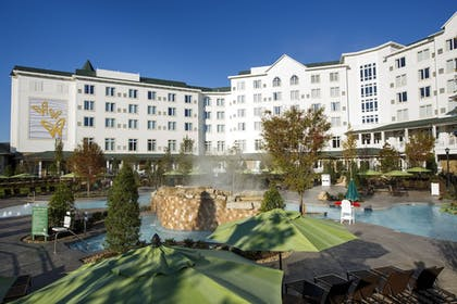 Outdoor Spa Tub | Dollywood's DreamMore Resort