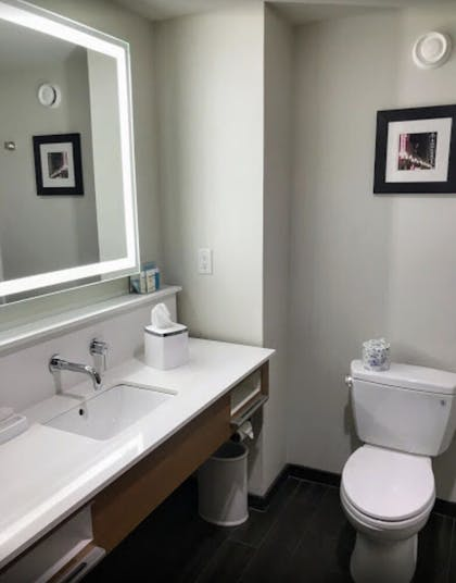 Guestroom | Hampton Inn & Suites Knoxville Papermill Drive