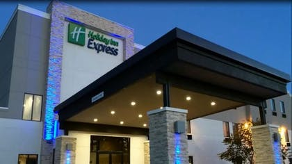 Hotel Entrance | Holiday Inn Express & Suites Tulsa Midtown