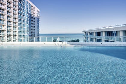 Rooftop Pool | Carillon Miami Wellness Resort