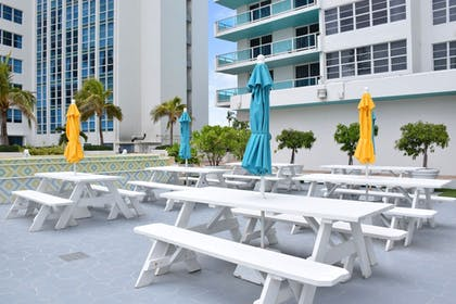 Outdoor Dining | Seacoast Suites on Miami Beach