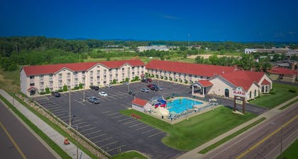 BBQ/Picnic Area | Wingate by Wyndham Wisconsin Dells