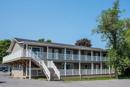 Property Grounds | Capt.'s Inn & Suites