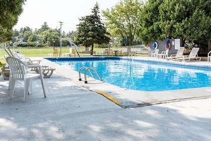 Outdoor Pool | Capt.'s Inn & Suites