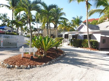 Property Grounds | Waterside Inn on the Beach