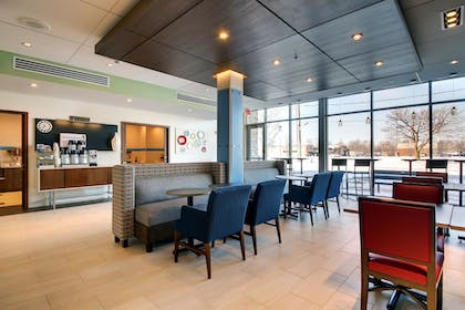 Restaurant | Holiday Inn Express & Suites Galesburg