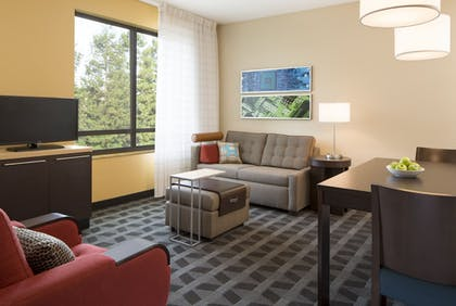 Living Area | TownePlace Suites Orlando at FLAMINGO CROSSINGS® Town Center/Western E