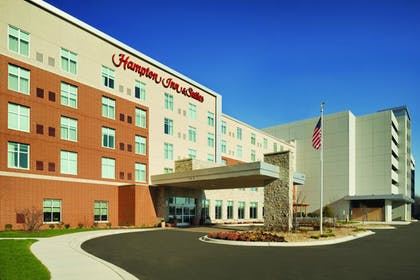 Hotel Front | Hampton Inn & Suites Rosemont Chicago O'Hare