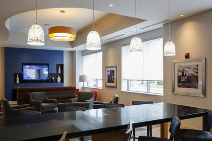 Restaurant | Holiday Inn Express & Suites Louisville Downtown